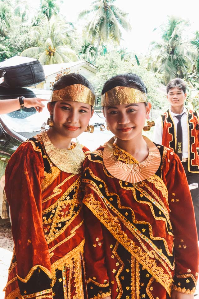 Girls traditionally dressed in Indonesia